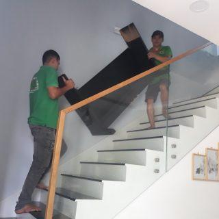 Vận chuyển đồ đạc lên lầu